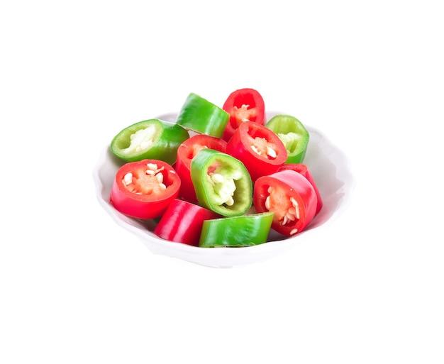 Plasterek chili w filiżance na białym