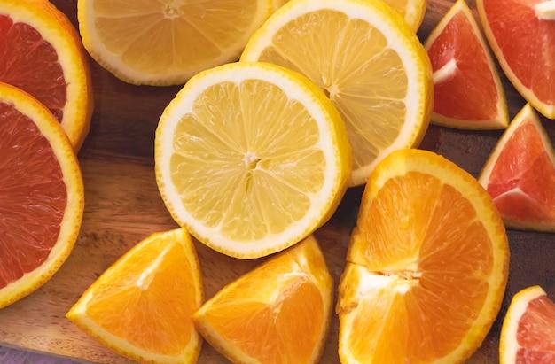 Plasterek cytryny umieszczony w środku pomarańczy cara cara i pół pępka