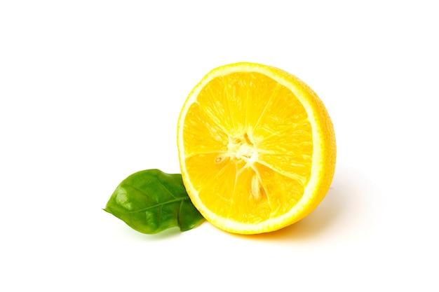 Plasterek cytryny z zielonym liściem na białym tle