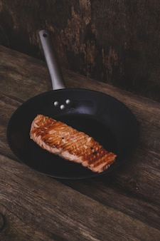 Plasterek grillowanego łososia