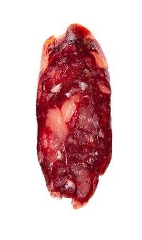 Plasterek kiełbasy końskiej. smakowita wysuszona kiełbasa, zakończenie, odizolowywający na bielu. widok z góry.