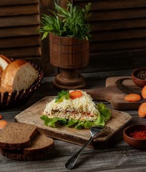 Plasterek sałatki mimozy z posiekanym serem holland