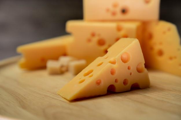 Plasterek sera cheddar na płycie drewna