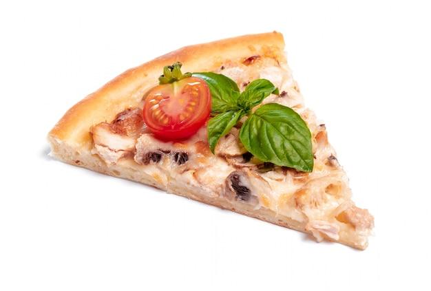 Plasterek świeża pizza z pepperoni odizolowywającym na bielu