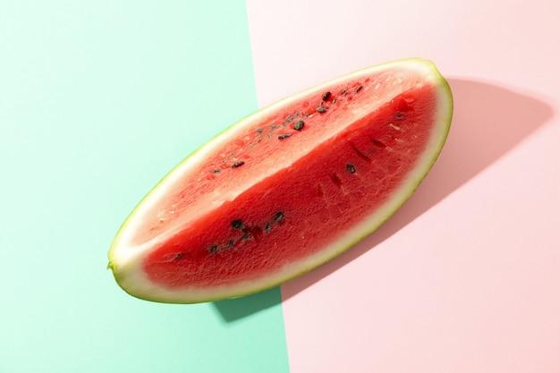 Plasterek świeżego arbuza na dwa tony. letni owoc