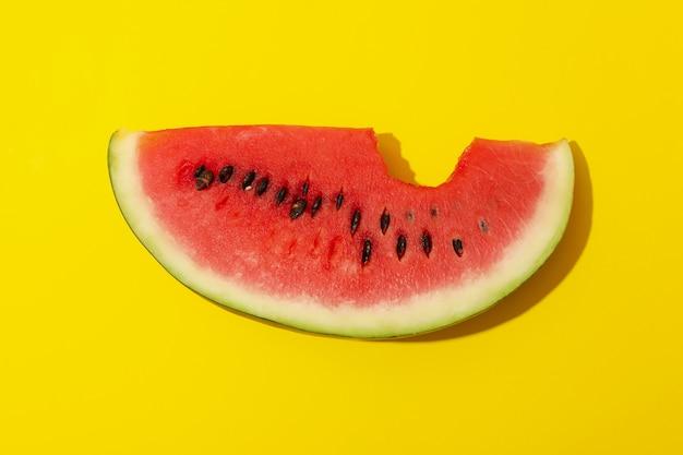 Plasterek świeżego arbuza na żółty. letni owoc