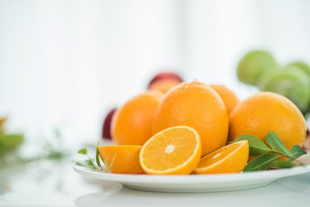 Plasterek świeżego owocu pomarańczy