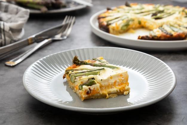 Plasterek tarty szparagowej. wegańskie jedzenie.