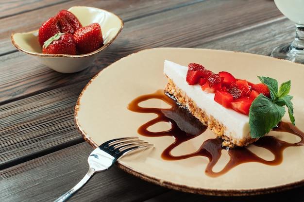 Plasterek truskawki tort, selekcyjna ostrość
