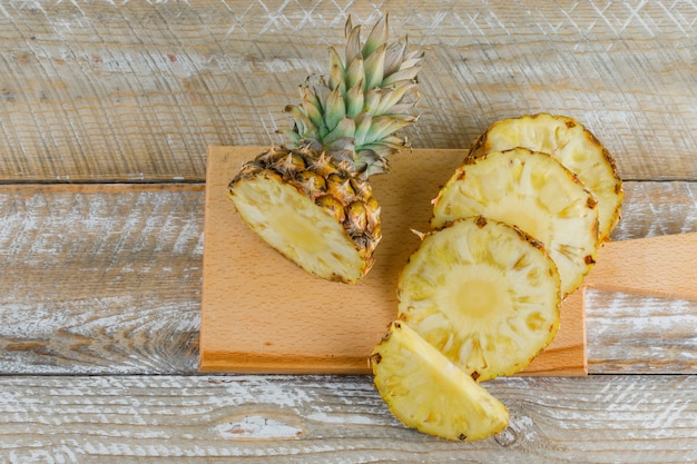 Plasterki ananasa na desce do krojenia
