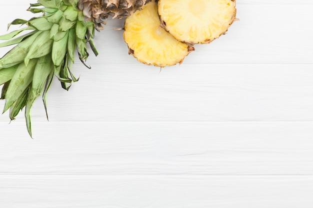 Plasterki ananasa z zielonymi liśćmi