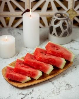Plasterki arbuza na talerzu