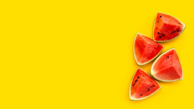 Plasterki arbuza na żółtej powierzchni