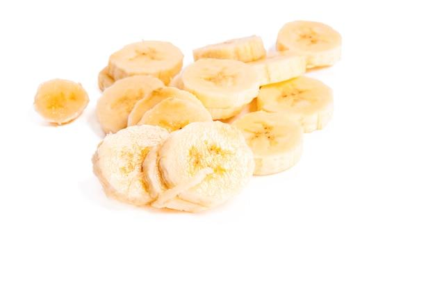 Plasterki banana na białym tle