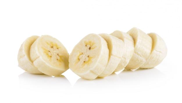 Plasterki bananów na białej ścianie