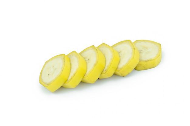 Plasterki bananów na białym tle