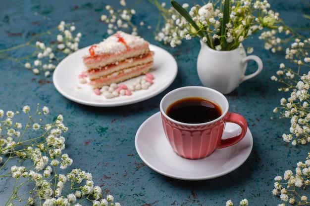 Plasterki biszkoptu victoria przy filiżance kawy na świetle