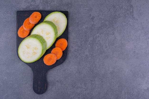 Plasterki cukinii i marchewki na czarnym półmisku