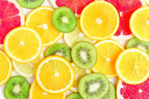 Plasterki cytrusów - kiwi, pomarańcze i grejpfruty.