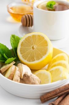Plasterki cytryny i imbiru z miętowym białym copyspace. jesienna, zimowa herbata