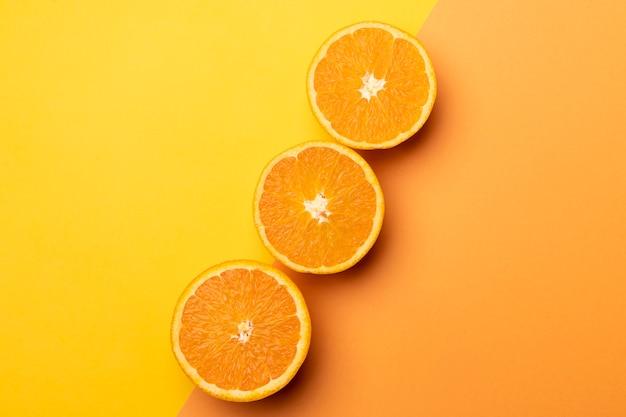Plasterki cytryny świeże na żółtym tle