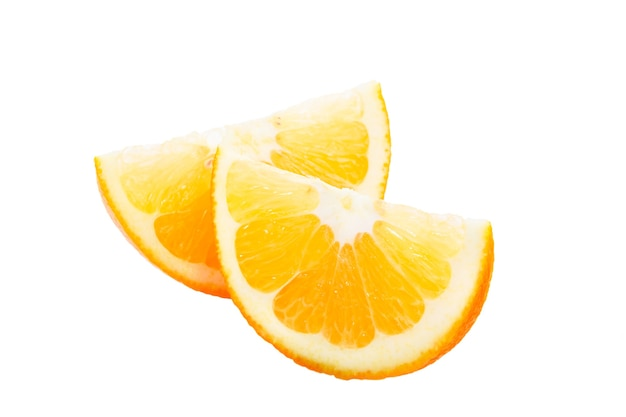Plasterki dojrzałych pomarańczy zbliżenie na biały