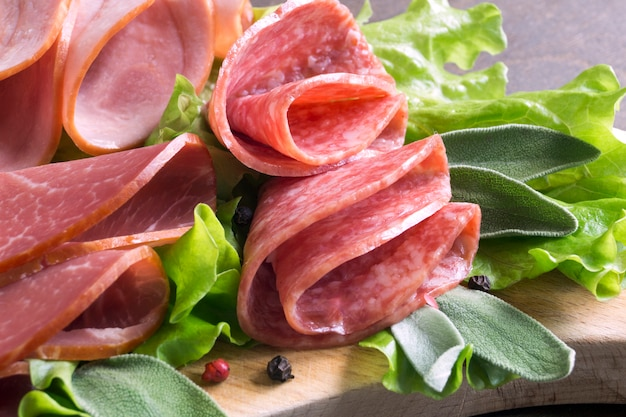 Plasterki francuz suszący salami z pikantność na drewnianym tle