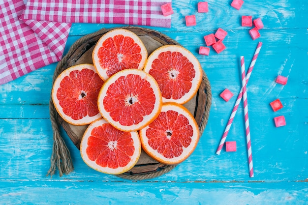 Plasterki grejpfruta z kostkami cukru