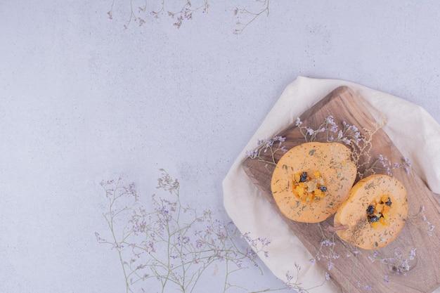 Plasterki gruszki z ziołami i przyprawami na drewnianej desce