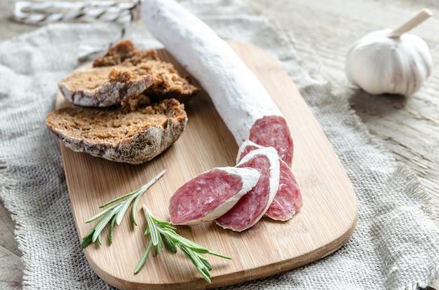 Plasterki hiszpańskiego salami na worze