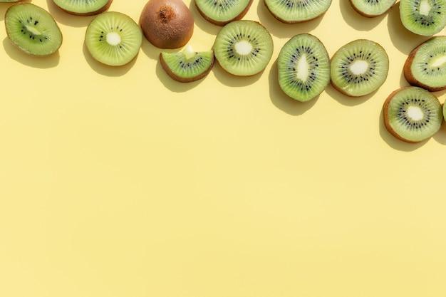 Plasterki i kawałki owoców kiwi. koncepcja zdrowego odżywiania, podróży lub wakacji