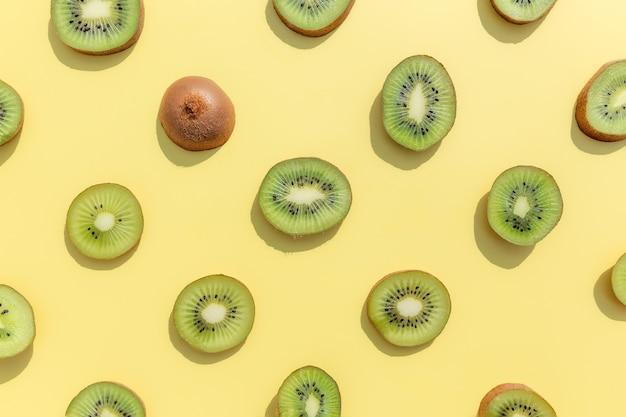 Plasterki i kawałki wzoru owoców kiwi. koncepcja zdrowego odżywiania, podróży lub wakacji