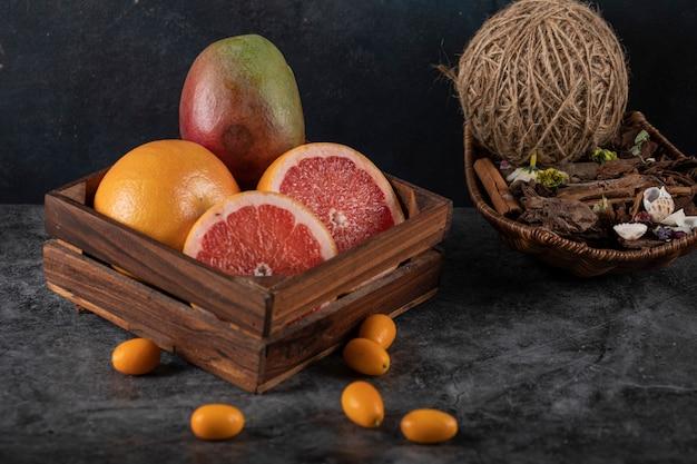 Plasterki kiwi, kinkanów, pomarańczy i grejpfruta w ciemności