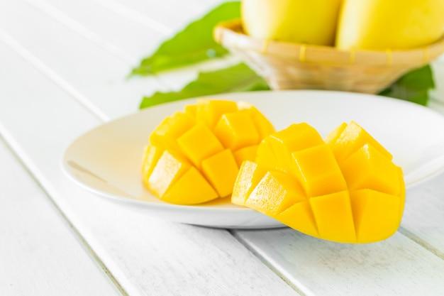 Plasterki mango na białym talerzu