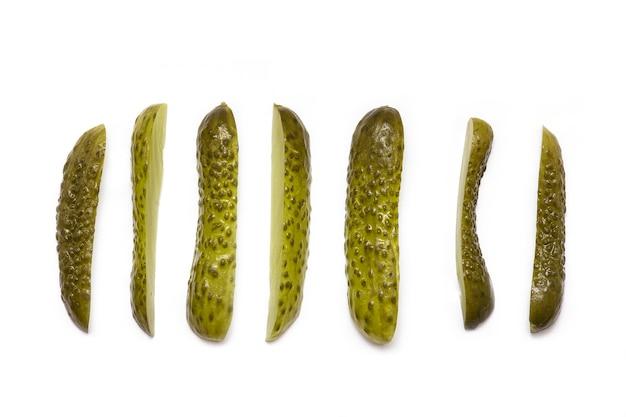 Plasterki marynowani kiszeni ogórki odizolowywający na białym tle, odgórny widok