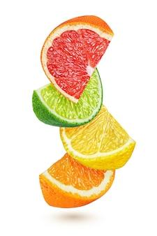 Plasterki owoców cytrusowych cytryny, limonki, pomarańczy, grejpfruta na białym tle