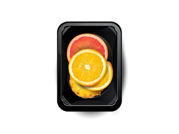 Plasterki owoców cytrusowych i ananasa w pudełku na lunch na białym tle