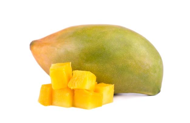 Plasterki owoców mango, kostki i plastry, na białym tle na białym tle. plik zawiera ścieżki przycinające.