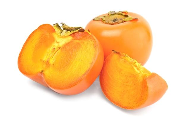Plasterki owoców persimmon na białym tle na biały wyłącznik