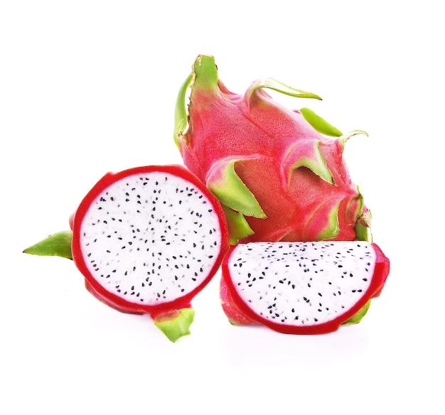 Plasterki owoców smoka na białym tle