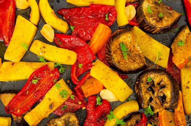 Plasterki pieczonych warzyw sezonowych na blasze do pieczenia.