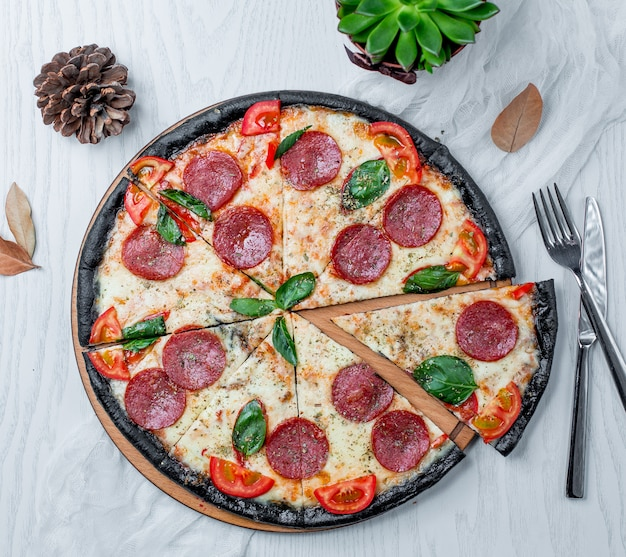 Plasterki pizzy pepperoni na stole