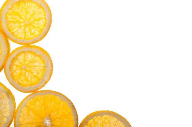 Plasterki pomarańczy cytrusowych na białym tle
