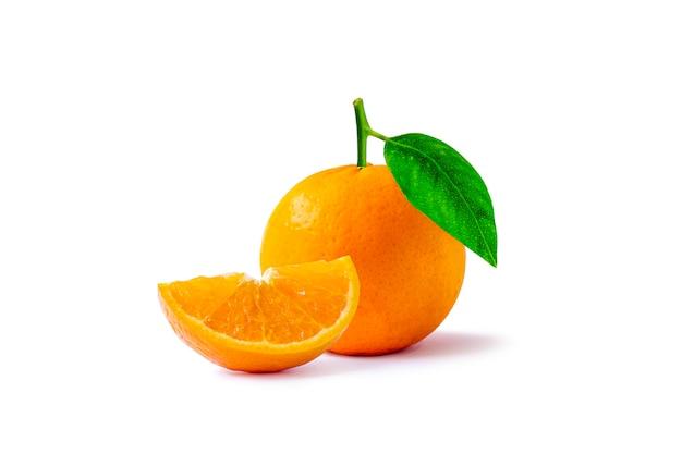 Plasterki pomarańczy i cytrusów, owoce z wysoką witaminą c, na białym tle.