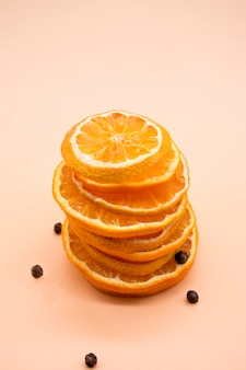 Plasterki pomarańczy izolowane na żółtym lub pomarańczowym tle