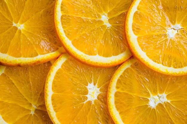 Plasterki pomarańczy lub mandarynki na białym tle.