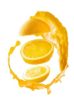 Plasterki pomarańczy z powitalny soku na białym tle