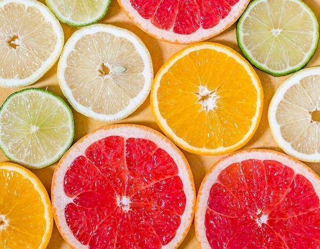 Plasterki różnych owoców cytrusowych
