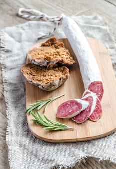 Plasterki salami hiszpańskiego na worze