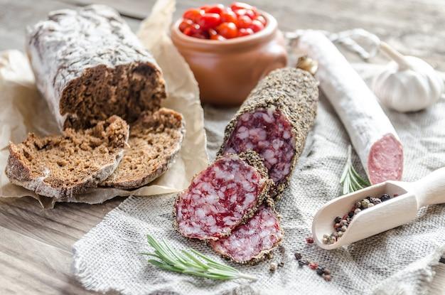 Plasterki saucissona i salami hiszpańskiego na worze